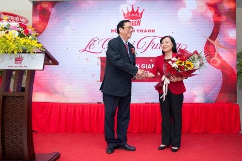 Ông Trương Ty - Tổng giám đốc công ty Nệm Vạn Thành tặng hoa cám ơn đại diện tỉnh Kiên Giang.