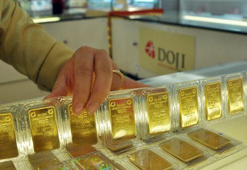 Giao dịch vàng tại doanh nghiệp DOJI. Ảnh: PS.