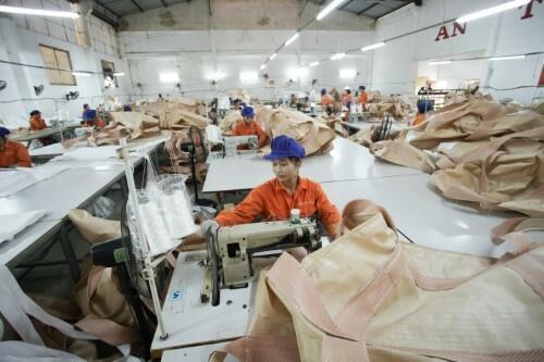 Công nhân đang làm việc tại doanh nghiệp may túi đựng quặng Anh Dương.