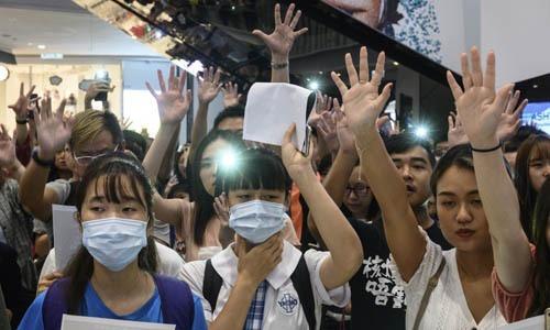 Người biểu tình tập trung tại một trung tâm thương mại ở Hong Kong. Ảnh: AFP.