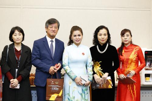 Bà Lê Hoàng Diệp Thảo - CEO King Coffee(giữa), ông Lee Yong Kwan - Chủ tịch Liên hoan phim Busan và bà Ngô Phương Lan (áo dài đen) tại lễ ra mắt Hiệp hội Xúc tiến Phát triển Điện ảnh Việt Nam.