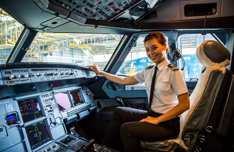 Nữ phi công của Vietnam Airlines trong buồng lái. Ảnh: VNA.