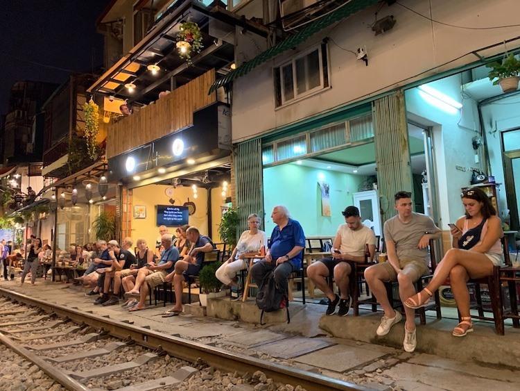 Khách nước ngoài ngồi kín các quán cà phê đường tàu. Ảnh: Ngọc Hà