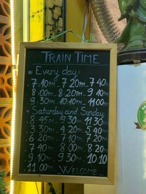 Bảng thông báo giờ tàu chạy đặt tại quán cà phê. Ảnh: Ngọc Hà