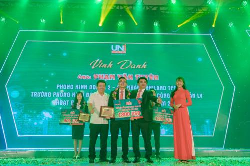 Ông Chu Thanh Hải, Tổng giám đốc Uniland, trao thưởng cho ông Phạm Văn Tuyên, Trưởng phòng Kinh doanh 2 - chi nhánh Uniland TPM, đạt thành tích cao nhất trong sáu tháng đầu năm 2019.