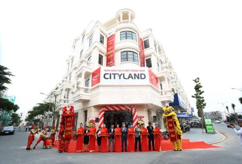 Ban lãnh đạo CityLand cắt băng khánh thành, khai trương sàn giao dịch mới.