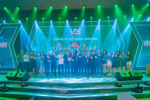 Ban lãnh đạo Uniland cùng chung vui với khối Văn phòng khi nhận khen thưởng cho những đóng góp xuất sắc trong sáu tháng đầu năm 2019.Tại Uniland, tinh thần cống hiến và hợp tác phát triển luôn được đề cao, mọi đóng góp của nhân viên đều được biểu dương kịp thời.