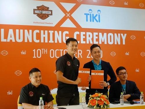 Ông Phan Đỗ Trí Dũng - Giám đốc phát triển kinh doanh tại Tiki và ông Lê Duy Lực - Giám đốc Harley-Davidson tại Việt Nam (thứ hai, ba từ phải sang) tại lễ ký kết phân phối.