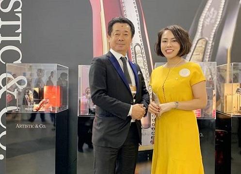 Bà...., đại diện Misao (bên phải) và ông...., đại diện...
