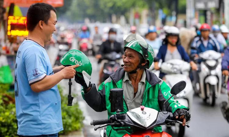 Xe ôm công nghệ GrabBike trên đường phố Sài Gòn. Ảnh:Quỳnh Trần.