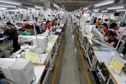 Công nhân trong một nhà máy may tại Vĩnh Phúc. Ảnh: Reuters