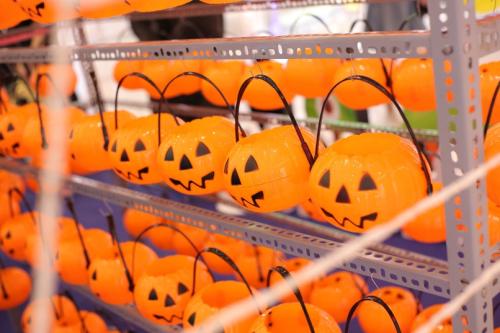 Những chiếc đèn bí ngô mang không khí Halloween tràn ngập tạiCrescent Mall.