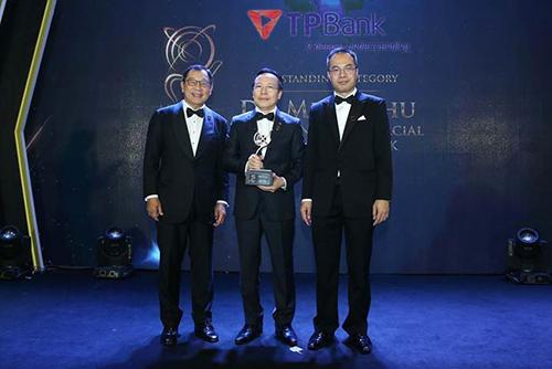 Ông Đỗ Minh Phú (giữa) nhận giải thưởng tại sự kiện tối 10/10.