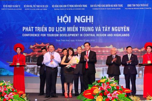 Đại diện khu du lịch nghỉ dưỡng phức hợp AE Cửa Tùng Resort nhận quyết định đầu tư từUBND tỉnh Quảng Trị.