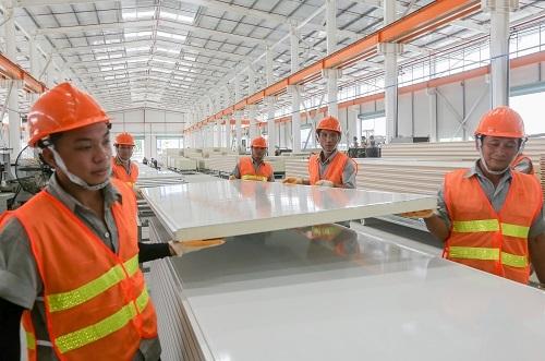 Vật liệu panel cách nhiệt có ưu thế về trọng lượng, dễ dàng vận chuyển và khuân vác trong quá trình thi công.