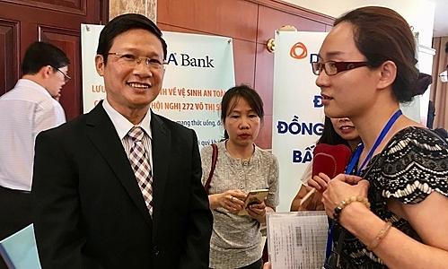 Lãnh đạo DongA Bank trao đổi với cổ đông bên lề Đại hội sáng 12/10. Ảnh: Lệ Chi.