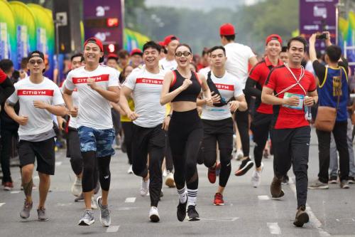 Ca sĩ Minh Hằng dẫn đầu nhóm chạy.