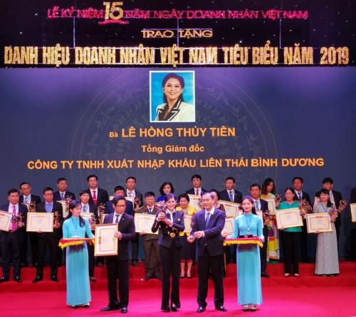 Bà Lê Hồng Thủy Tiên - Tổng giám đốc IPPG nhận danh hiệu Doanh nhân Việt Nam tiêu biểu 2019 do ông Vũ Hồng Thanh - Chủ nhiệm Uỷ ban Kinh tế của Quốc hội (phải) và ông Vũ Tiến Lộc - Chủ tịch VCCI (trái)trao tặng.