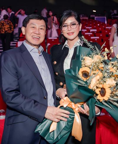 Ông Johnathan Hạnh Nguyễn - Chủ tịch IPPG, đồng thời là chồng bà Lê Hồng Thủy Tiên, đến chúc mừng nữ doanh nhân tại lễ vinh danh doanh nhân tiêu biểu.