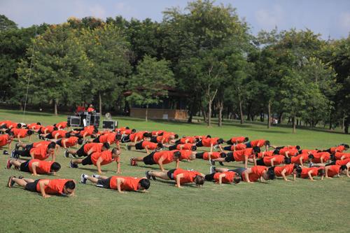 200 cán bộ nhân viên MSB đồng loạt thực hiện động tác chống đẩy.