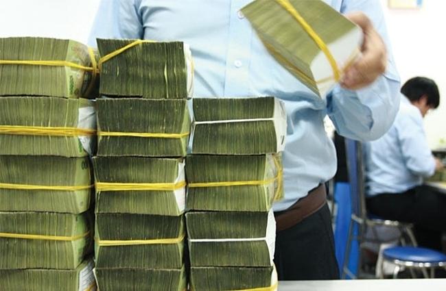Giao dịch tại một ngân hàng cổ phần. Ảnh: PV.
