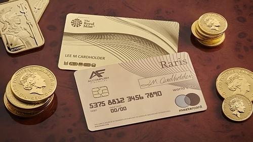 Thẻ tín dụng làm bằng vàng 18K của Sở đúc tiền Hoàng gia Anh. Ảnh: The Royal Mint