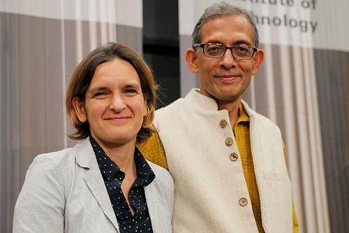 Hai vợ chồng Abhijit Banerjee (phải) vàEsther Duflo. Ảnh: Reuters