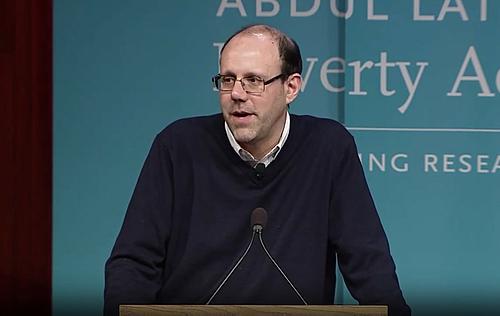 Michael Kremer trong một sự kiện về nghiên cứu giảm nghèo. Ảnh: World Tech