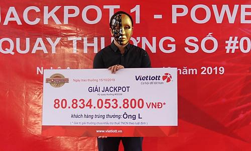 Ông L nhận giải thưởng gần 81 tỷ đồng sáng 15/10. Ảnh: Vietlott