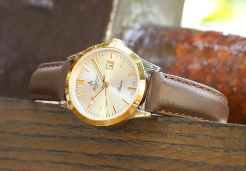 Đồng hồ Atlantic tôn lên vẻ sang trọng, hiện đại của người phụ nữ.