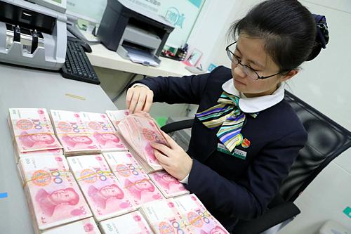 Nhân viên đếm tiền tại một ngân hàng ở An Huy (Trung Quốc). Ảnh: China Daily
