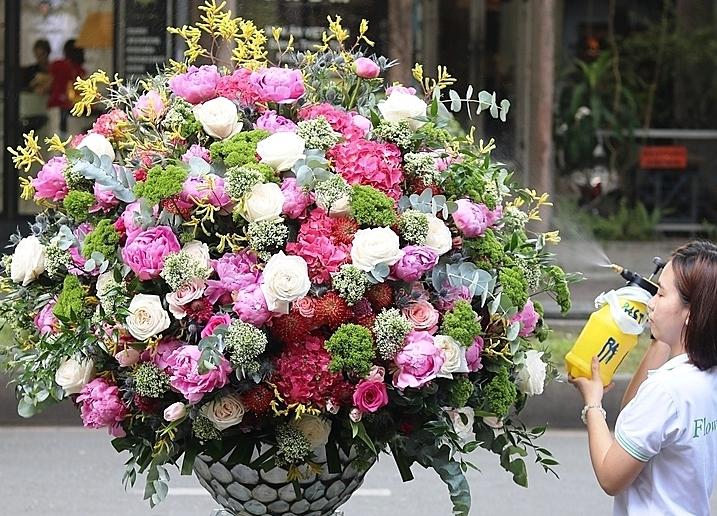 Bình hoa khủng tại một cửa hàng TPHCM. Ảnh: Flowerbox.