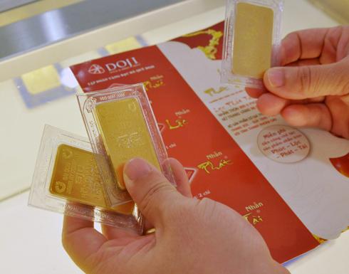Giao dịch vàng tại DOJI. Ảnh: PV.