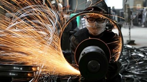 Công nhân làm việc trong một nhà máy của Trung Quốc. Ảnh: Reuters