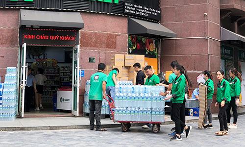 Nhân viên nhập nước đóng chai vào một siêu thị ở Nam Từ Liêm sáng 18/10. Ảnh: Anh Tú