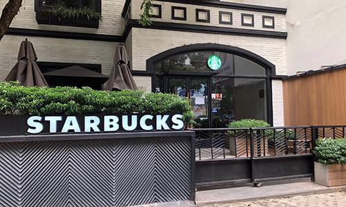 Starbucks Duy Tân - một trong ba cơ sở ngừng hoạt động của đơn vị này sáng 18/10. Ảnh: Anh Tú