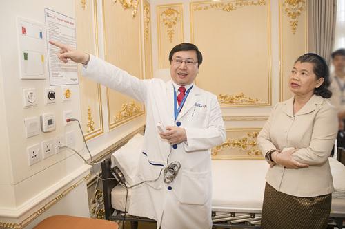 Phó Thủ tướng Chính phủ Hoàng Gia Campuchia đến thăm Bệnh viện Gia An 115.