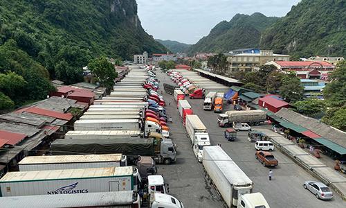Hàng trăm container nằm chờ tại cửa khẩu Tân Thanh sáng 19/10. Ảnh: K.M