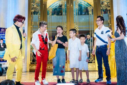 Chị Nguyễn Thị Hương ((áo đen) chia sẻ cảm xúc khi trúng giải thưởng lớn.