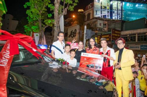 Bà Lê Thị Hiền (thứ ba từ phải sang) - đại diện Tập đoàn Vàng bạc đá quý DOJI và các ca sĩ trao giải thưởng cho vợ chồng chị Nguyễn Thị Hương. (Caption ảnh)