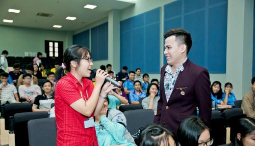 Bạn Phạm Thanh Thảo Nguyên - Sinh viên năm nhất Đại Học Bách Khoa TPHCM trả lời câu hỏi trong buổi giao lưu.