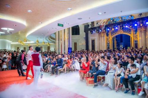 Không gian biểu diễn của Đàm Vĩnh Hưng là sảnh chính tầng 1, tòa nhà DOJI Tower, số 5 Lê Duẩn, Hà Nội. Đây cũng là Trung tâm Vàng bạc đá quý và trang sức lớn nhất Việt Nam.