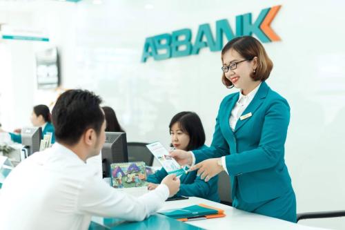 Một khách hàng giao dịch tại ABBank.