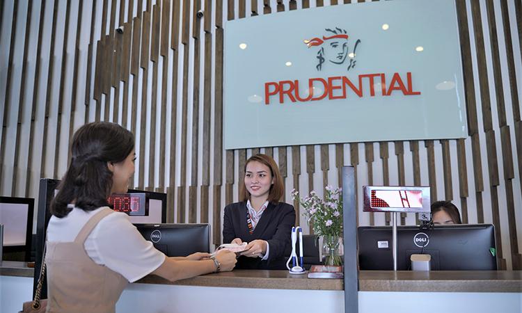 Khách hàng tìm hiểu sản phẩm bảo hiểm tại Prudential.