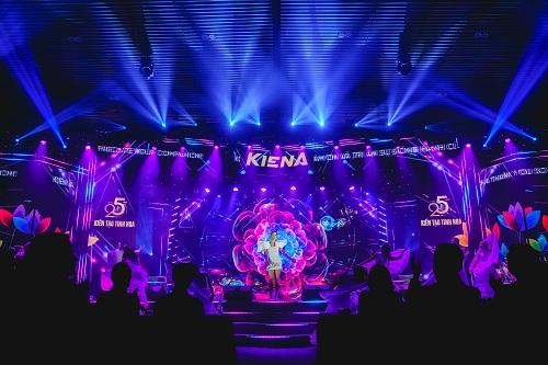 Sân khấunhư được thổi bùng nhiệt huyết thanh xuânvới phần trình diễn sôi động của ca sĩ Đông Nhi.