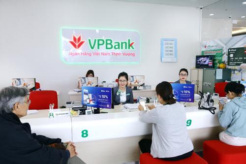 Khách hàng giao dịch tại một chi nhánh VPBank.