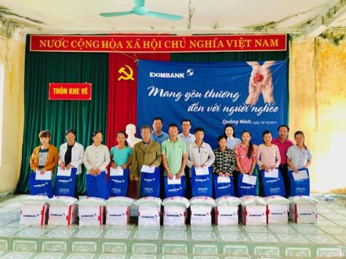 Đại diện Eximbank trao tặng 20 phần quà cho người dân xã Phong Dụ, huyện Tiên Yên, tỉnh Quảng Ninh.