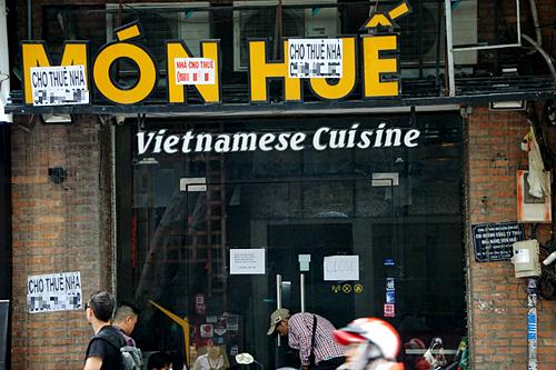 Chi nhánh Món Huế trên đường Huỳnh Thúc Kháng (quận 1, TP HCM) dán đầy thông báo cho thuê lại. Ảnh: Dỹ Tùng
