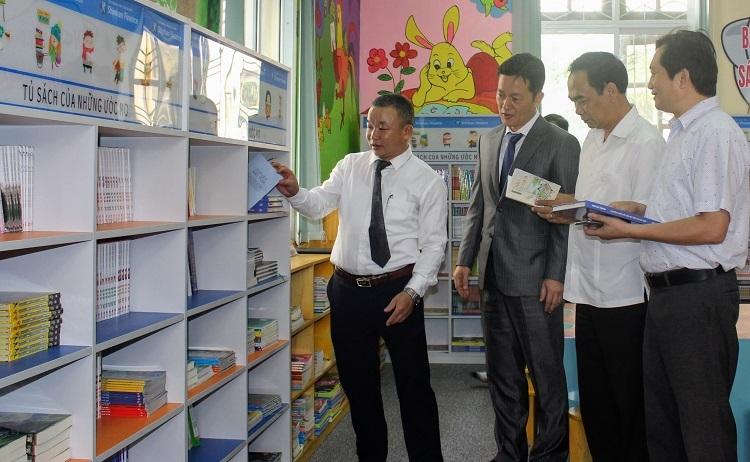Lãnh đạo Sở Văn hóa Thể thao và Du lịch tỉnh Bắc Giang, Giám đốc Thư viện và ông Sang Reol Shin (vest) trao đổi về các hạng mục sách thiếu nhi tại thư viện Bắc Giang.