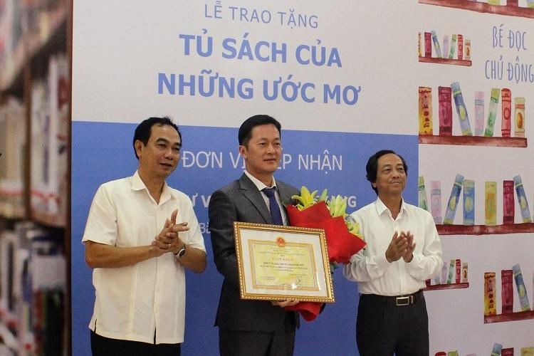 Ông Sang Reol Shin đại diện Shinhan Finance nhận giấy khen từ Sở Văn hóa – Thể thao và Du lịch tỉnh Bắc Giang.